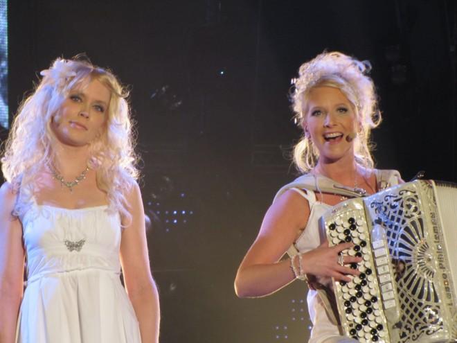 Suomen voittajat vuosimallia 2010 - Kuunkuiskaajat eli Johanna Virtanen (vas.) ja Susan Aho.