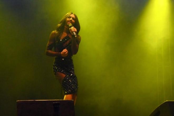 Conchita Wurst oli pukeutunut näyttävän koristeelliseen, mustaan mekkoon, jossa oli ohuet sifonkihihat.