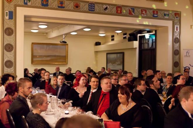 Loppuunmyyty gaala ilta keräsi Ravintola Bottan juhlasalin täyteen juhlavetimiin sonnustautuneita viisufaneja.