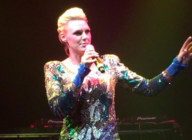 """Illan viisuisimmasta live-esityksestä vastasi Sanna Nielsen, jonka tuotannosta löytyy Undo -viisun ohella täyslaidallinen Melodifestivalen-hittejä. Suvereenin valloittava, säteilevä Sanna ei jättänyt kylmäksi ja tuntui esiintyvän kuin omiensa tai kotiyleisönsä joukossa. Viisuristeilyä """"omempaa"""" yleisöä Sanna Nielsenille onkin vaikea kuvitella."""